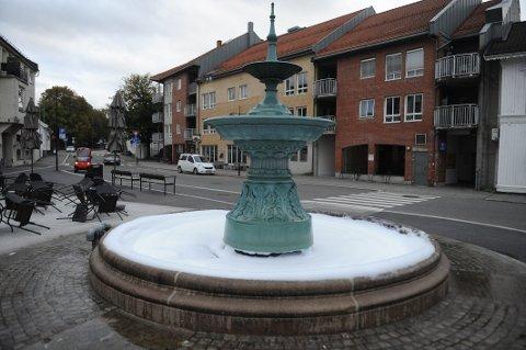 SKAL STENGES: Den ærverdige fontena på Chr. Hvidts Plass skal stenges for vinteren, og har derfor blitt vasket.