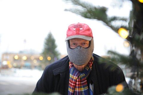 SNART ER ALLERGISESONGEN HER: Sverre Lilloe (74) er  allergiker, og styremedlem lokalt i Sandefjord Astma og Allergiforbund. Han anbefaler allergikere å bruke en pollenmaske.