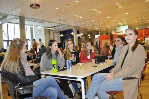 SLAPPER AV: Jentegjengen tar en pust i bakken på SVGS etter en hektisk dag der og i Jotunhallen. Fra venstre sitter Andrea Bakker, Lene Grøneng, Tonje Andersen, Ellinor Høgmo Andersen, Julie Lærum og Vilde Skulstad Henriksen.