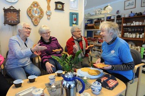 Sosialt: Denne frivillige gjengen storkoser seg på Gjenbruket i Kodal. Fra venstre: Kari Skaug, Marit Andersen, Ragnhild Jacobsen og daglig leder Gerd Jonsmyr.