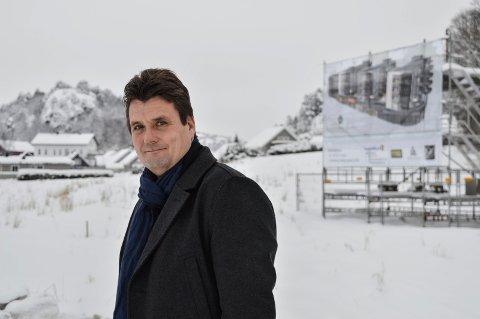 STARTER SALGET: Avdelingsleder Stian Dursett i Eiendomsmegler 1 Sandefjord har fått i oppdrag å selge de 45 leilighetene på Kamfjordjordet, i krysset ved Shell i Kilen.