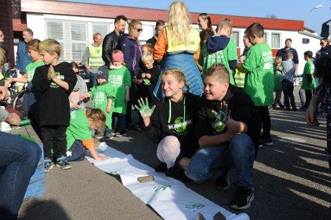 MARKERING: Ella Tobine Forrester Jacobsen (11) og Ole Sebastian Wallum Bredland (11) setter sitt håndavtrykk på papir. Trykkene skal leveres politikerne.
