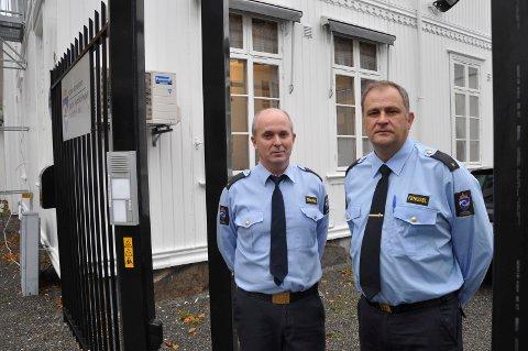 KJEMPER FOR FENGSELET: Fengselsbetjentene Oskar Wroldsen (f.v.) og Trond Martinsen håper politikerne forstår viktigheten av å beholde fengselet i Sandefjord.
