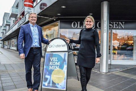 TAR HJØRNET: På nyåret overtar næringsforeningen og Marit Sagen Gogstad også Ole Olsen-lokalene i Dronningens gate. Gisle Dahn er på vegne av Stiftelsens styre glad for å kunne bidra økonomisk.