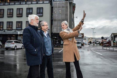 HØY VEGG:  Her i det sørøstre hjørnet vil det komme opp en tre og fire etasjer høy vegg mot det åpne arealet ved Brygga, sier Sidsel Hansen, her sammen med Kristen Grieg Bjerke (t.v.) og Audun Tjomsland.