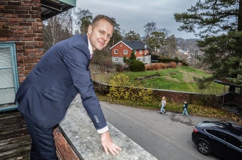NYTT HJEM: Familien Christensen på fire har flyttet inn i Gartnerbolilgen (i bakgrunnen). Morten Christensen synes det er trivelig å ha barna på arbeidsplassen.
