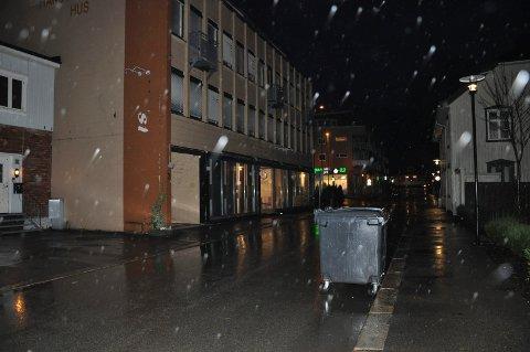 PÅ TUR: Denne avfallsdunken hadde tatt en kjøretur i Rådhusgata ved hjelp av litt vindkraft natt til torsdag.