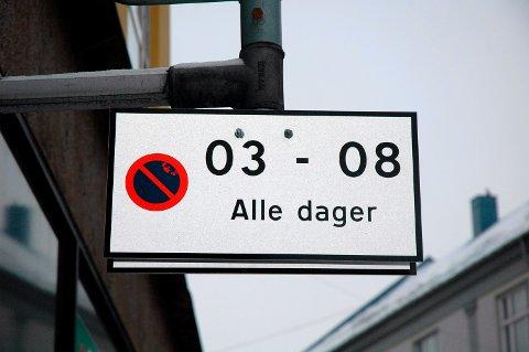FORBUDT: Nå dukker disse skiltene opp i gatene, og det blir parkering forbudt om natten i sentrum.
