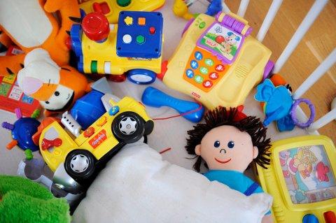 LURT Å SJEKKE: Det er mange som synes det er stas med nye leker, men det kan være lurt å sjekke at produsentene følger reglene for leketøy. Illustrasjonsfoto: Anne Charlotte Schjøll