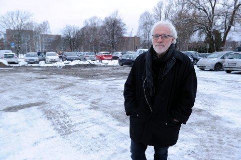 IKKE FORNØYD: En stor trestubbe som inntil nylig sto midt på Tivolitomta krasjet Fredrik Rütter inn i , og bilen fikk kostbare skader. Han er ikke fornøyd med svaret fra kommunen, og mener de bør ta ansvar i saken.