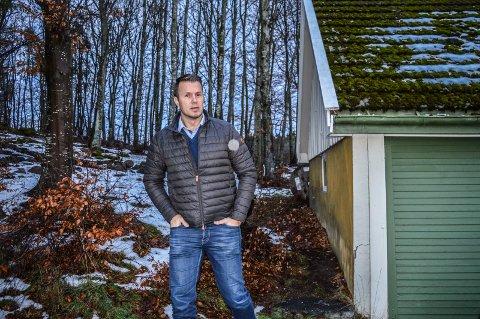 I KOMMUNEPLANEN: Trond Løke i Åliveien 23 fikk avslag på søknaden om dispensasjon, men ble oppfordret til å foreslå boligområdet i kommuneplanen i stedet. Det tre mål store området består av lett skog på fjellgrunn og plen.