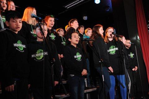 Miljøsang: Engasjerte elever ved 6.klassetrinn på Framnes barneskole har laget en flott sang om miljø og forurensning. Fredag sang de for hele skolen.