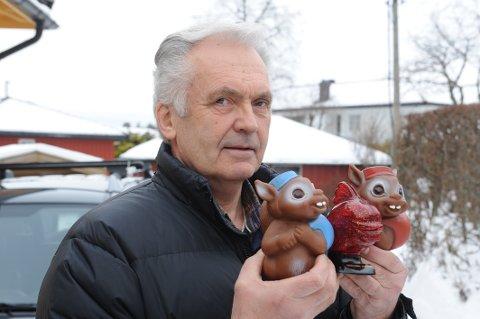 Fikk ikke hjelp: Freddy Fremstad (66) skulle sette mynter på konto i DNB Sandefjord. Det var umulig, så han ble sendt til Larvik. Her er han med sparebøssene til barnebarna sine.