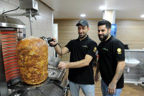 EKTE VARE: Fayez Talo Barkho (til venstre) og Sargon Warda åpner et nytt kebab, hamburger og pizzasted i Dronningensgaten.