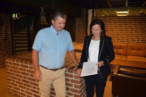 TETT PÅ VARSLERSAKEN: Advokat Anders Hauger deltok i formannskapet 14. februar, og advokat Heidi Aas Larsen skrev innstillingen til møtet, her fotografert da granskningsrapporten ble lagt fram 4. juli.