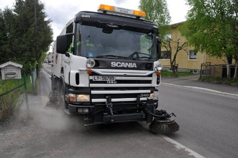 SNART I GANG: Feiebilen til Sandefjord kommune skal i gang så fort isen og snøen har smeltet fra gater og fortau. Her er det Bent Klevstadlien som er bak rattet.