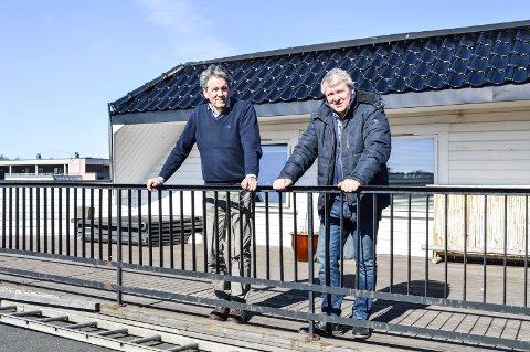 PÅBYGG PÅ TAKET: Der arkitekt Birger Tveiten (t.v.) og hotelleier Henrik Kulms står, er det planlagt utvidelse av kontorlokalene og nytt tak.