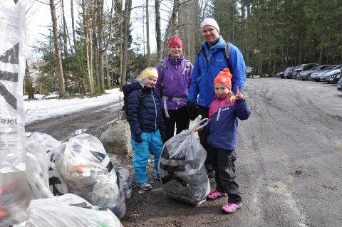 PLUKKET SØPPEL: Andrea Luneng Nilsen (f.v.), Thea Marie Luneng, Erik Weiby Knutsen og Louise Weiby Knutsen var blant de mange som plukket søppel i turområdet på Yxney.