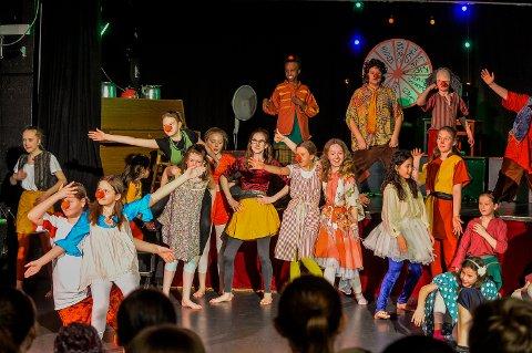 """22 AKTØRER: er i sving under forestillingen """"Humor-ikke bare tull"""" med Stella Polaris Gjøglerteater for Barn og unge."""