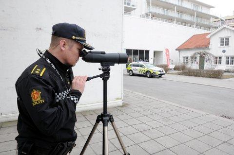 ADFERDSKONTROLL: UP knep mange som brukte mobilen i Museumsgata i formiddag. Politioverbetjent Olav Furre sikter inn syndere.