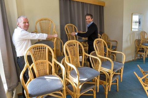 Hotellet gir bort alle sine møbler. Konsulent Geir Alfheim og daglig leder Gunnar Mandt forteller at det er 357 stoler og over hundre bord som de vil gi til et veldedig formål.
