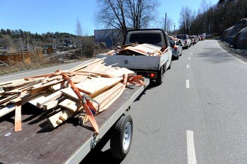 KØ: Det var lange bilkøer med folk som skulle levere avfall på Kastet Gjenvinningsstasjon lørdag.