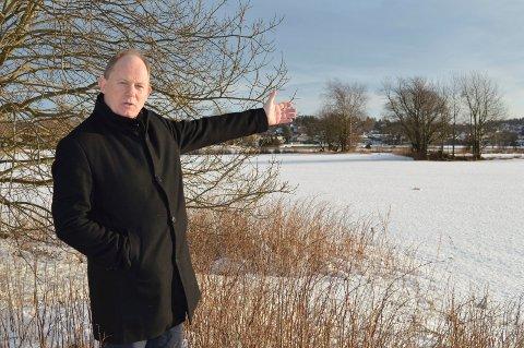 NABO: Gårdbruker Einar A. Sissener gjør alvor av protesten mot utbygging på nabotomta. Han føler seg ikke trygg på at jordbruksarealet ikke blir utbygd. Kommunen kjøpte arealet for 8,3 millioner kroner vinteren 2018.
