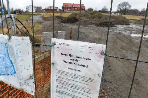 STOPP: I dag ser området mer ut som et deponi for jordmasser, og det er lite som minner om en ny gravlund med en kapasitet på 500 gravsteder.