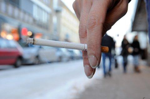 Nå kan det bli forbudt å røyke utendørs.