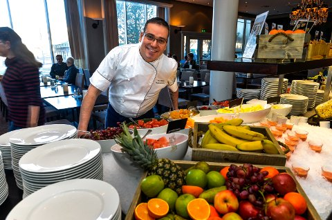 STOLT: Rui Estevo brenner for frokostbufeen på hotellet. Han har stadig nye ideer på hvordan de skal sikre seg den gjeveste prisen i klassen. Norges Beste frokost. Fra før har de fem «fylkes beste» på rad.