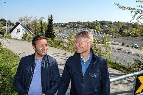 KLARE: Arkitekt Per Joar Østhus (t.v.) og utbygger Knut Ludvigsen med den gamle Meny-tomta i bakgrunnen. De håper første byggetrinn kan påbegynnes i løpet av neste vår.