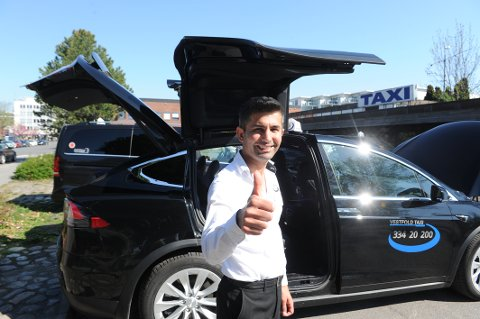 ELEKTRISK LUKSUS: Amir Adnan (43) er den eneste taxisjåføren i Vestfold som kan tilby kunder tur med Tesla.