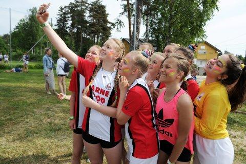FLYTTES: Fjordcuparrangørene har flyttet turneringen til september. Da kan forhåpentligvis spillere samles igjen, som disse Sandar-jentene gjorde under cupen i 2018.