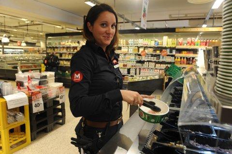 ANTI-PLAST: Kjøpmann Mariann H. Hansen merker at kundene er blitt mer opptatt av å forbruke mindre plast i hverdagen.
