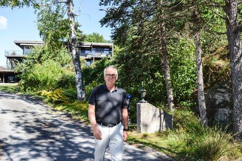 VANT FRAM: Ole jacob Skjelberg i Sandarveien 10A er fornøyd med at politikerne i planutvalget lyttet til ham og kona, og de andre naboene som har protestert mot fortettingsplanene til sivilarkitekt Per Joar Østhus i huset bak. Den nye bygningen er tenkt bak bjørketreet t.h.