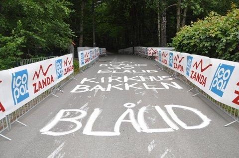 NAVN: Det er ikke bare Markus og William som har pyntet veien opp til Mokollen. Her er det skrevet navnet på Sandefjord-syklister som skal delta søndag.