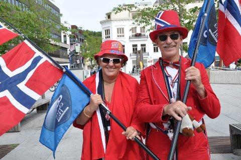 SYKKELENTUSIASTER: Ekteparet Katrine (66) og Odd (62) Hegreberg fra Tønsberg bruker mye av fritiden sin på sykkelsporten. Under søndagens NM-ritt var begge på plass, antrukket i de norske fargene fra topp til tå.