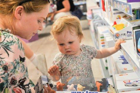 OPPSLUKT: Erika Bue og datter Cornelia Bue Sollihaug tittet nysgjerrig på en av butikkens leker.