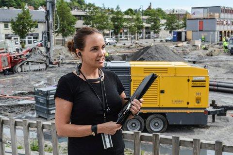 FULL FART: Til tross for at 800 boliger er på gang i Sandefjord i tida framover selger Lill Iren Barth i DNB Eiendom godt med leiligheter på Nye Kilen, der gravearbeidene startet ved påsketider.