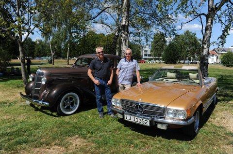 V- ÅTTERE I PARKEN: Finn Abrahamsen med sin MB SL 450-73 og Tom Eilert Adler Kristiansen ved en Dodge Coupe-36 som eies av Frode Abrahamsen.
