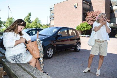 DAGEN DERPÅ: Onsdag inviterte rådmannen til et første møte etter formannskapsvedtaket 21. juni med advokat Birthe Eriksen (t.v.) og Miriam Schei. Her er de utenfor rådhuset dagen etter at de møtte Kjær i Porsgrunn.