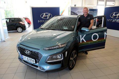 STORT ELBILSALG:  Daglig leder Tim Gjermundsen hos Gjermundsen Bilsenter har solgt 100 Hyundai Kona på tre uker. Forhandleren har kun bensinvarianten å vise til kundene. Elbilen kommer først som demobil i august/september.