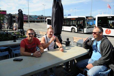 TRIVES UTE PÅ TORP: Arbeidskollegene Donatas, Remisijus og Sigitas fra Litauen setter stor pris på en rolig start på ferien. Her slapper de godt av med forfriskninger på Ritazza.