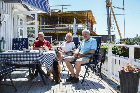 NYTT NABOSKAP: Bak Thor (f.v.) og Marit Borge og Sten Frizell er entreprenøreni full gang å reise bygget, som tar fra dem nesten all utsikten og fører til økt belastning på den trange boliggata.