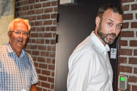 INNKALT: Seksjonsleder Øyvind Antonsen (t.v.) og kommunalsjef Geir Bjelkemyr-Østvang på vei inn til kontrollutvalget for å svare for budsjettsprekker i forbindelse med bygge- og investeringsprosjekter.