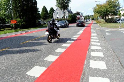 SYKKELFELT: Statens vegvesen har malt opp og tydeliggjort hvor syklistene skal ferdes langs Skiringssalsveien.