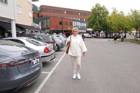 """FUNGERER IKKE: Elisabeth Teien i """"Sandefjord Byen Vår"""" ønsker maks to timer gratis parkering på Aagaards plass, og ikke tre timer som i dag."""