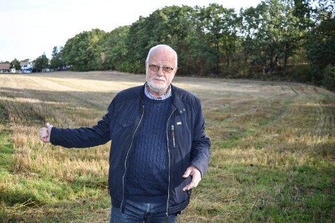 I DET BLÅ:  Gang- og sykkelveien som er planlagt mellom jordet og skogen, kommer kanskje om 10-15 år. Det rammer barna våre, sier Ivar Ramberg, talsperson for barns- og unges interesser i Sandefjord kommune.