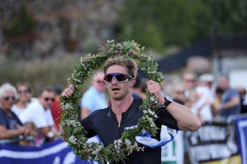 VANT GRÅTASSEN: Mads Berge (29) ble overrasket da han vant årets Triathlon i Kodal.