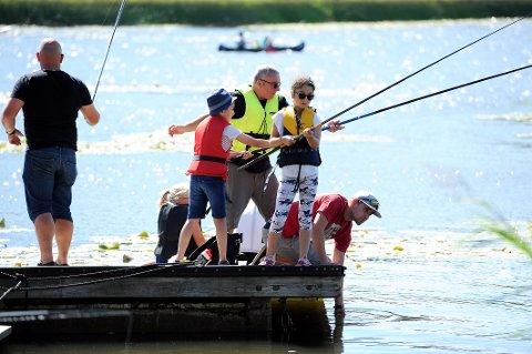 FISKEGLEDE: Mange hadde tatt turen til idylliske Goksjø får å prøve fiskelykken søndag.